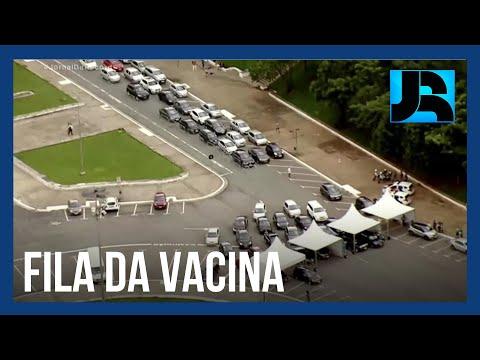 Retomada da vacinação em SP leva multidão aos postos drive thru e provoca filas
